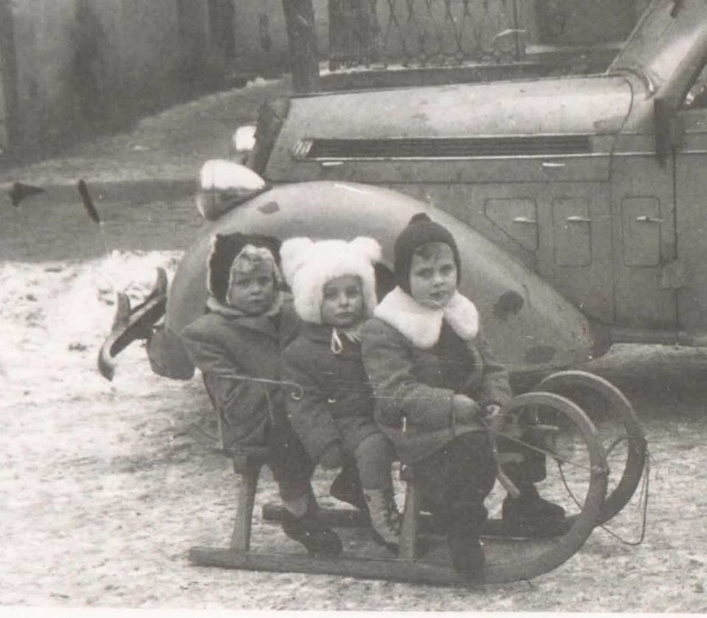 Bola dobrá sánkovačka. Dnešné deti už asi nespoznajú také zasnežené zimy, ako boli kedysi. Ani také sánky, ako mali Eva a Vlado Horváthovci z Humenného v roku 1949.