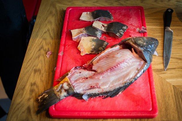 Samotné mäso z kapra nesoľte, soľou dochuťte vajíčka, v ktorých ho budete obaľovať.