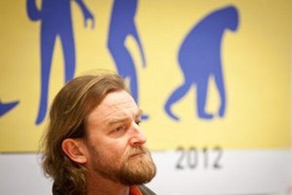 Tom Nicholson počas diskusie s organizátormi protestu Gorila.