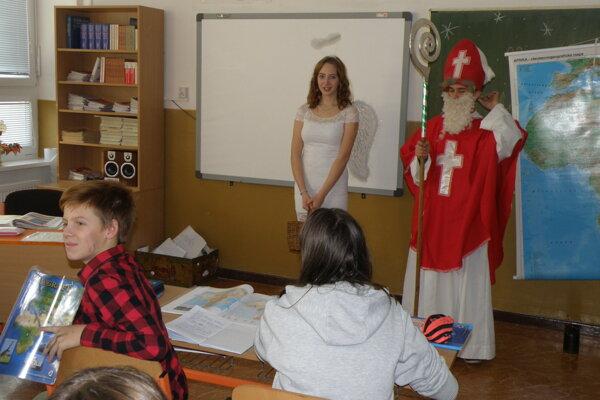 Mikuláš za žiakmi do tried prišiel aj v Nedožeroch-Brezanoch.