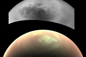 Mesiac Titan z júnového a júlového preletu. Oblaky v atmosfére sa vedcom odhalili až pri použití infračervenej kamery na spodnom zábere.