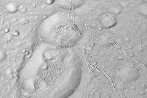 Krátery pripomínajúce snehuliaka na ľadovom mesiaci Enceladus.