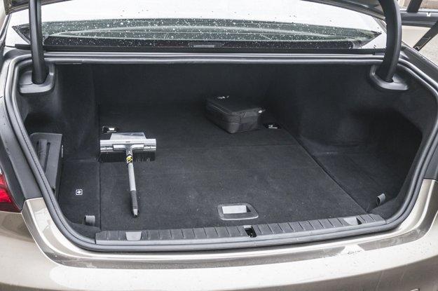 Batérie sú ukryté aj pod dnom batožinového priestoru.