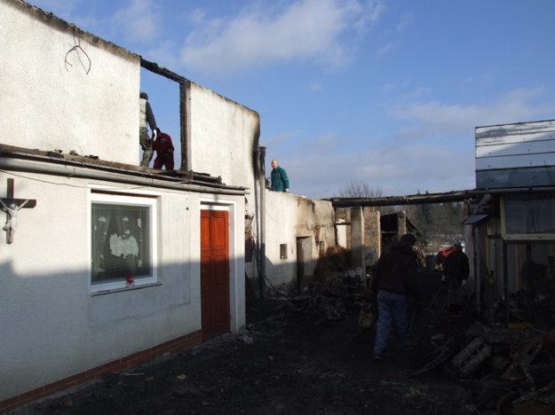 S odstraňovaním následkov požiaru pomáhala celá dedina.