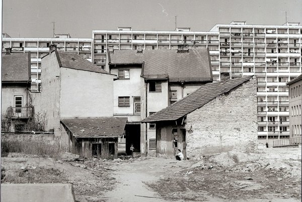 Staré domy a nové paneláky sídliska Stred v Považskej Bystrici.