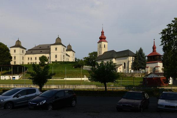 Vľavo sídlo múzea v Hanušovciach.