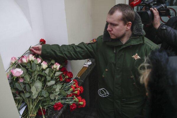 Bývalý člen skupiny Alexandrovci položil kvet pri moskovskej budove, kde zbor sídli.