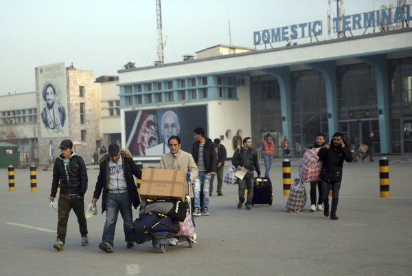 Afganci po prílete na letisko v Kábule.