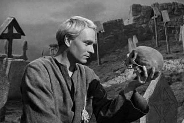 Sir Lawrence Olivier ako Hamlet vo filme z roku 1948, ktorý sám režíroval.