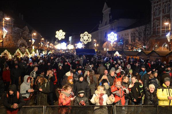 Oslavy v meste. Takto vítala nový rok 2015 slušne zaplnená Hlavná ulica.