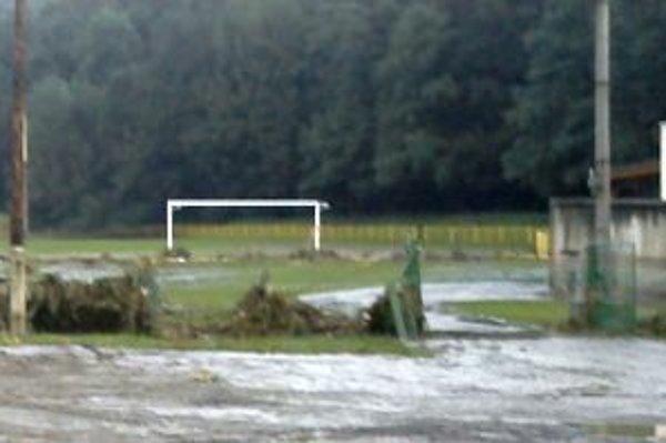 Vstup do ráztočnianskeho futbalového areálu a vodou vyvalená brána.