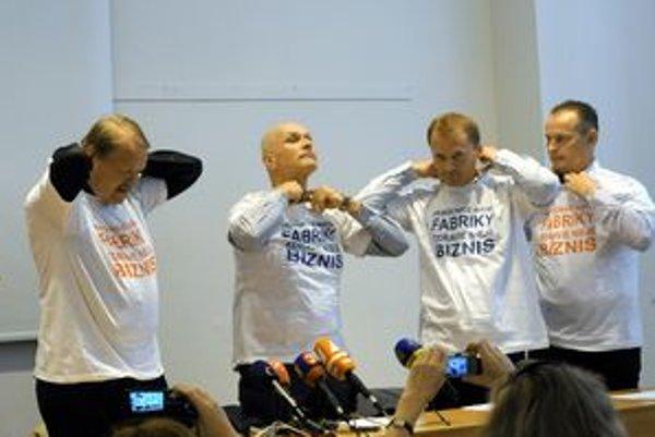 Lekárski odboroví predáci majú tričká s nápisom Zdravie nie je biznis.