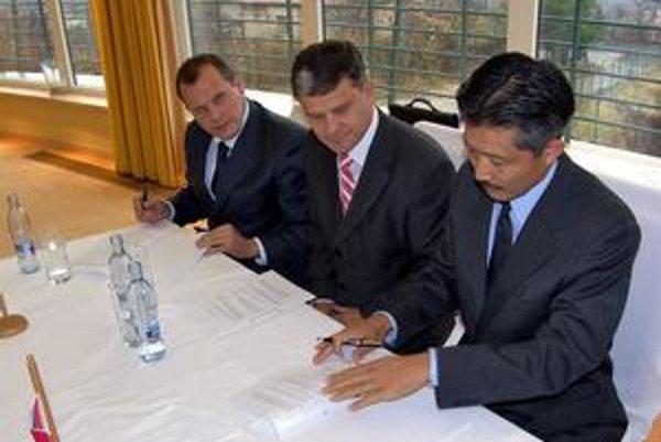 Ondrej Ščurka (vľavo) vykupoval pozemky aj pre priemyselný park v Nitre, napríklad aj pre Sony.