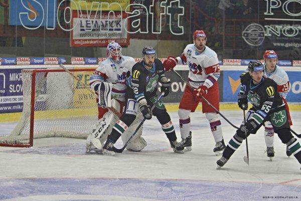 Pred brankárom Križanom útočník HC Nové Zámky Richard Lelkeš, ktorý svojim gólom nasmeroval domácich k veľkolepému zvratu.