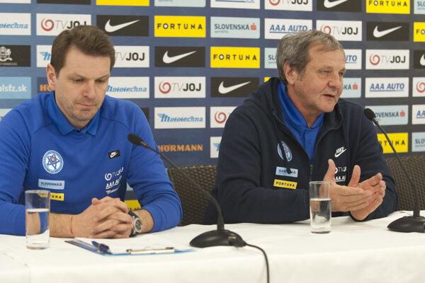 Tréner Ján Kozák rozpráva počas tlačovej konferencie, vľavo jeho asistent Štefan Tarkovič.