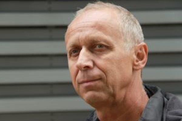 Narodil sa v roku 1954 v Trenčíne. Ukončil strednú priemyselnú školu stavebnú. Pracoval v Slovenských plynárenských závodoch, v Domácich potrebách (investičný technik) a v Štátnej ochrane prírody. Od roku 2006 je šéfom neziskovej organizácie Ochrana d