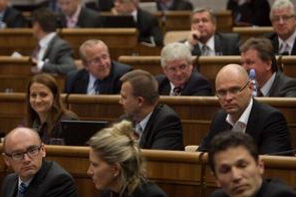 Richard Sulík už nepredsedá parlamentu, posadil sa do lavice medzi poslancov.