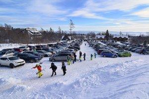 Na snímke plne obsadené jedno z parkovísk v lyžiarskom stredisku v Tatranskej Lomnici vo Vysokých Tatrách.