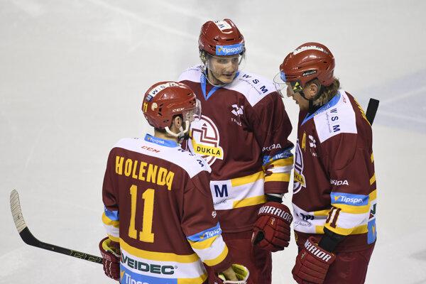 Trenčania zľava Matúš Holenda, Lukáš Bohunický a Marcel Hossa sa opäť netešili z výhry, keď na Liptove sa domáci presadili až osemkrát.