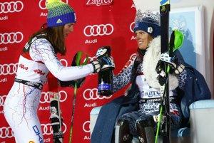 Na snímke slovenské slalomárky zľava druhá Petra Vlhová a víťazka Veronika Velez-Zuzulová otvárajú šampanské na pódiu slalomu Svetového pohára žien v alpskom lyžovaní v Záhrebe 3. januára 2017.