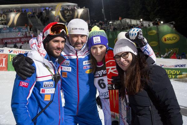 Petra Vlhová so svojou rodinou po slalome v Záhrebe.