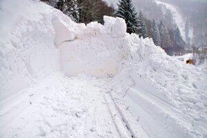 Snehová lavína na trati.