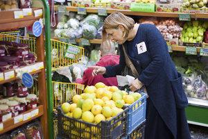 Väčšina nakupujúcich zo supermarketu Bios sú ľudia zo susedstva. Zákazníčka má na šatách nálepku s logom solidárnej kliniky.