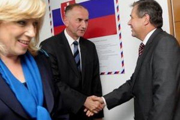 Jurzyca si podáva ruku s Mikolajom počas uvádzania do svojho úradu.
