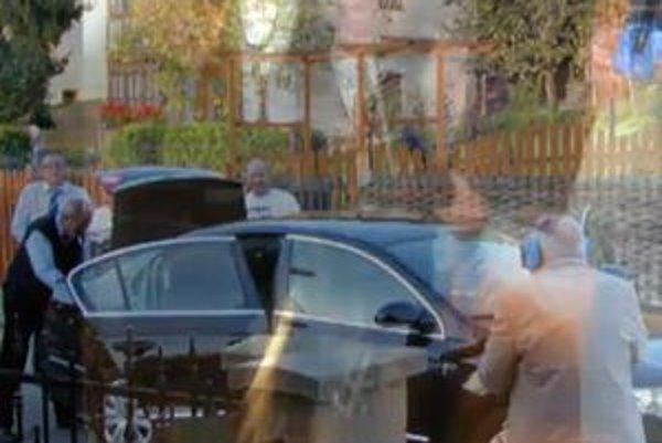 Advokát so slúchadlami napodobňuje Ľubomíra Harmana, ktorý zavraždil sedem ľudí.