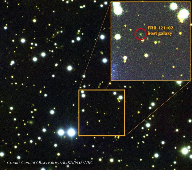 Zložený obraz oblasti okolo FRB 121102. Zelený bod v červenom krúžku na zväčšenej snímke je trpasličia galaxia, z ktorej záblesk pochádza.