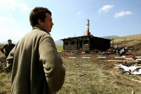 Podpaľači podpálili vlani drevenicu Braňa Baláža, keď bol v Bratislave. Páchatelia sú dodnes neznámi.