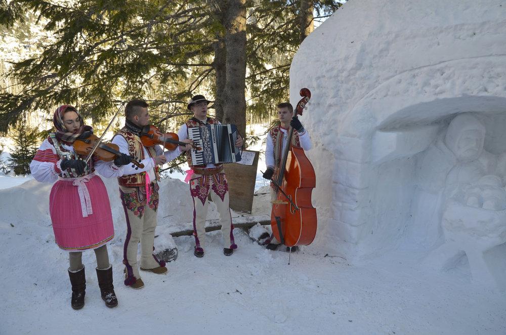 Goralská muzika z Lendaku počas podujatia Trojkráľové stretnutie pri snehovom betleheme.
