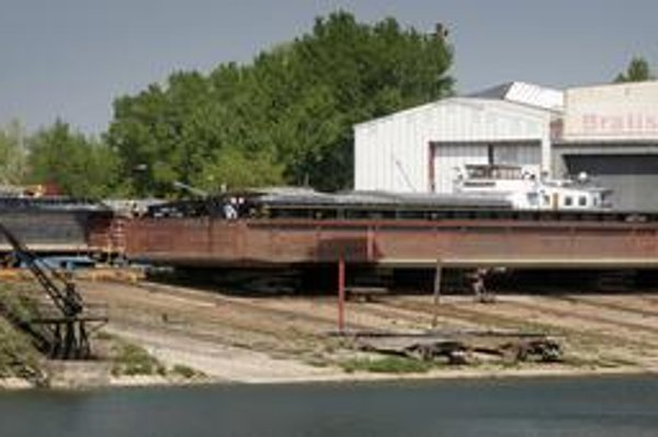 Poškodená Bavaria 52 v bratislavskej lodenici.
