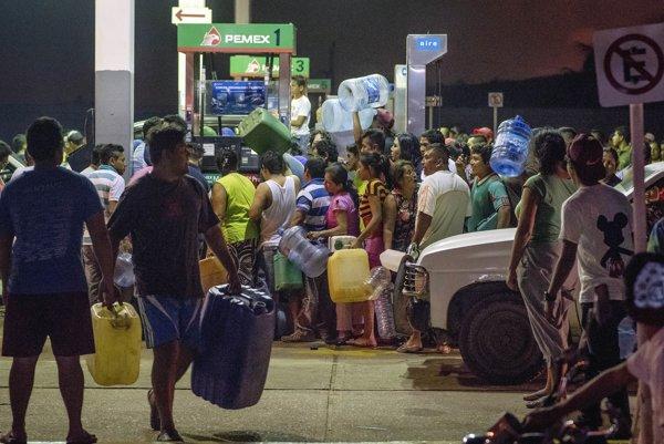 Mexičania kradnú benzín a naftu na čerpacej stanici.
