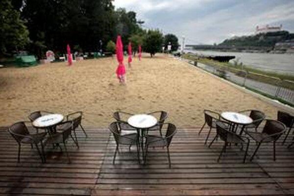 Pláže sú v týchto dňoch prázdne.
