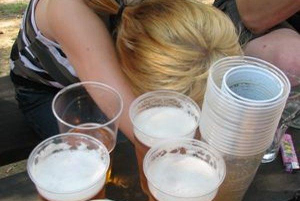 Do osemnástych narodenín by si tínedžeri nemali  dať ani jedno pivo.