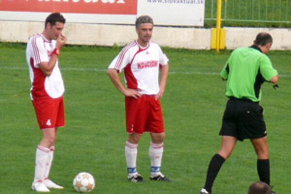 Prvý ludanický gól na prievidzskom štadióne vsietil domáci kapitán Miloš Krško (vľavo), ktorý reprezentoval Slovensko na olympiáde v Sydney.