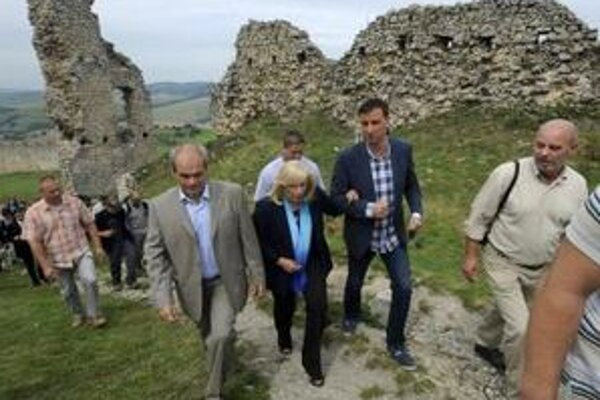 Predsedníčka vlády Iveta Radičová spoločne s ministrom kultúry Danielom Krajcerom navštívili hrad Branč.