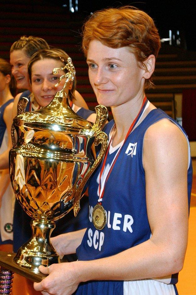 Jubilejný desiaty ligový titul získali basketbalistky SCP Ružomberok 22. mája 2002 v Bratislave po víťazstve v treťom finálovom zápase nad Slovanom JOPA Bratislava 95:72. Na snímke kapitánka Ružomberka Iveta Bieliková s víťaznou trofejou.