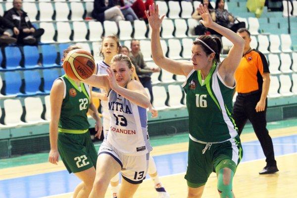 Basketbalisti Nitry podľahli favorizovanému Šamorínu až po predĺžení. Sloptou V. Fehérová, vpravo R. Theiner.