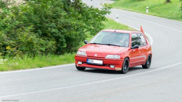 Novozámčan Peter Suríni na svojom vozidle Peugeot 106 počas pretekov.