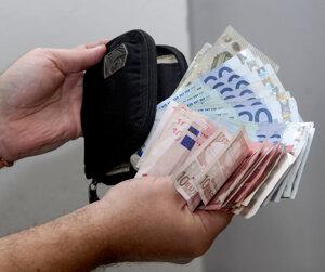 Bankovky. Eurá použila na zvýšenie životného štandardu.