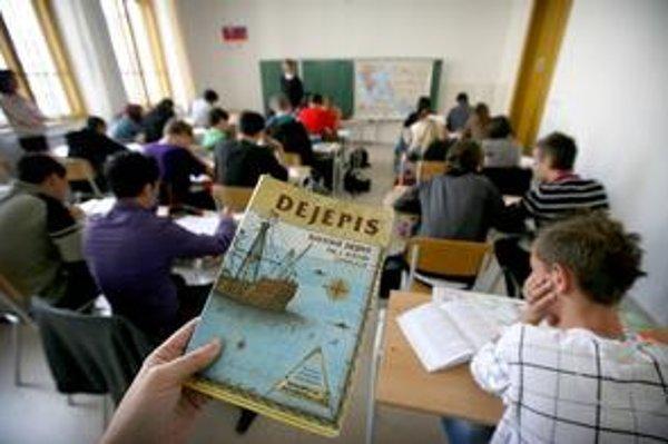 Z nového dejepisu pre gymnazistov školy už vyučujú. S reformnými učebnicami štátu pomáha súkromná firma, ktorá zarobí aj na existujúcich učebniciach.