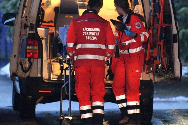 Obeťami útokov sa nezriedka stávajú záchranári pri poskytovaní zdravotnej starostlivosti v teréne.