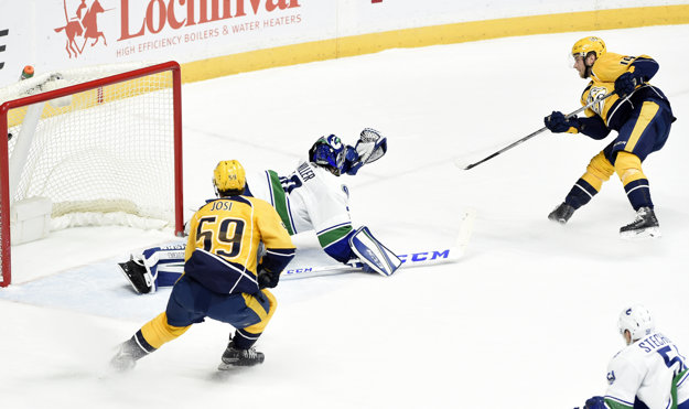 Calle Järnkrok strieľa víťazný gól Nashvillu do siete Vancouveru.