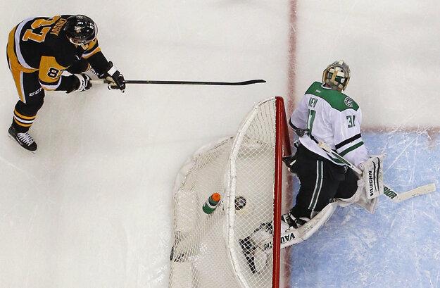 Sidney Crosby (vľavo) strieľa gól do siete Dallasu Stars.