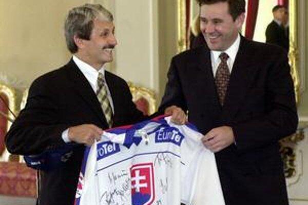 Dzurinda oslavuje hokejový titul v roku 2002.