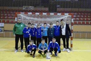Strieborní chlapci zFKM Nové Zámky shosťom turnaja Dávidom Ivanom – hráčom talianskeho FC Bari.Roman Guliš