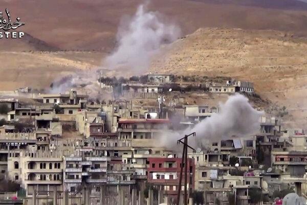 Dym stúpajúci z dediny Wadí Baradá, severovýchodne od Damasku.