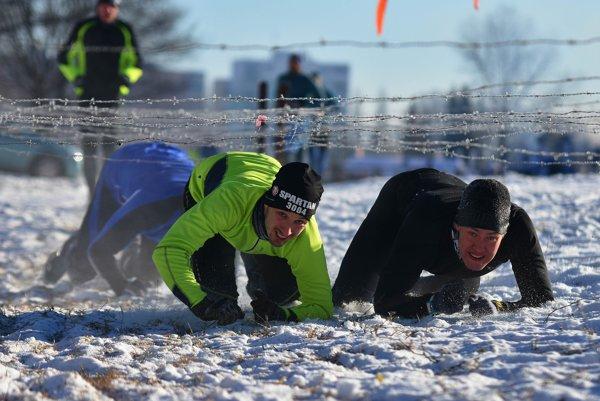 Muži prekonávajú jednu z prekážok počas extémnych pretekov Winter Sprint Spartan Race vo Svite 23. januára 2016.